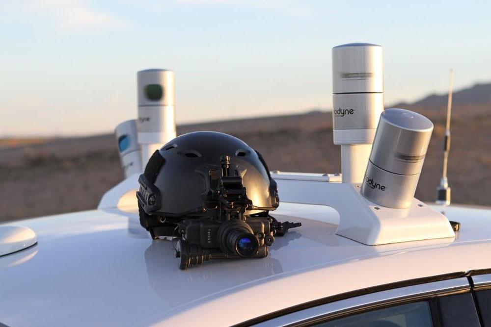 I sensori LiDAR in primo piano, insieme alla maschera per la vista notturna che hanno utilizzato gli ingegneri per effettuare i test al buoi.