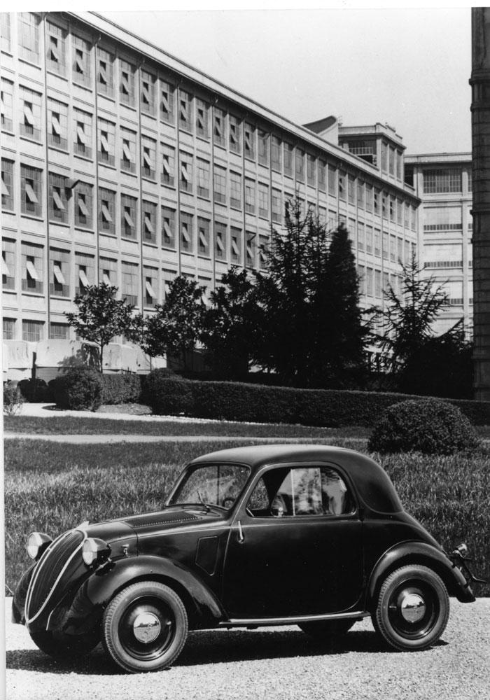 La Fiat 500 A Topolino davanti al Lingotto nel 1936