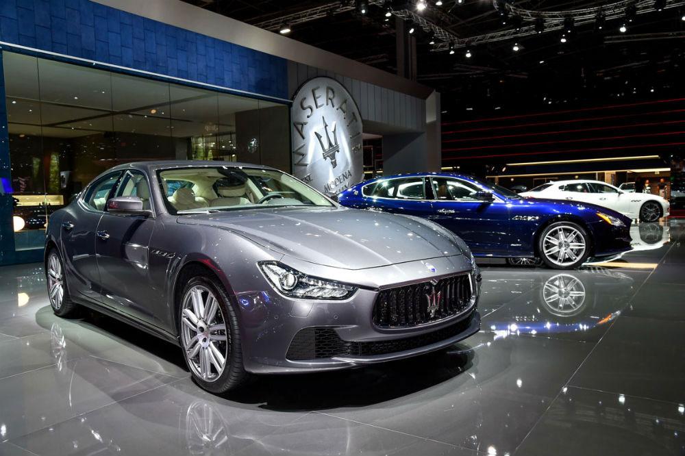 In primo piano la Maserati Ghibli, sullo sfondo la Quattroporte