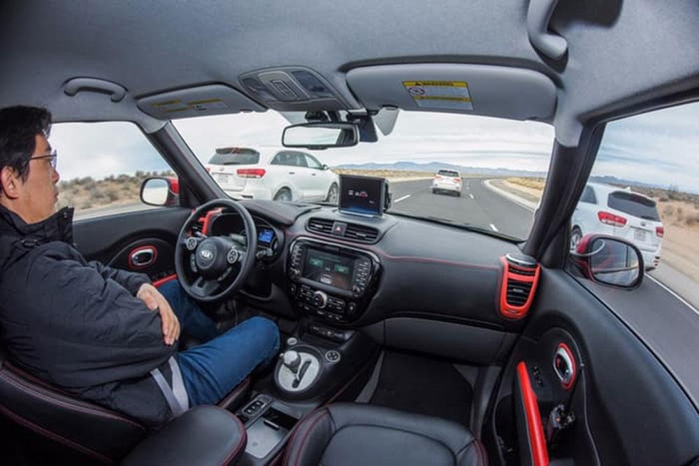 Gli interni di una Kia Soul a guida autonoma.