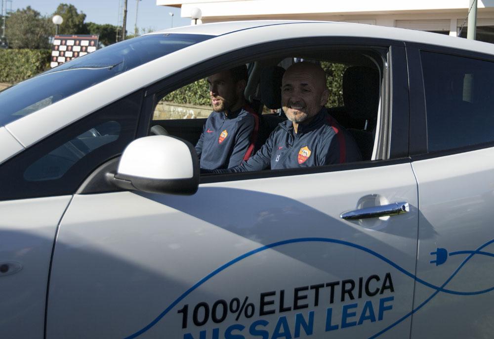 Luciano Spalletti al volante della Nissan Leaf con Kevis Strootman
